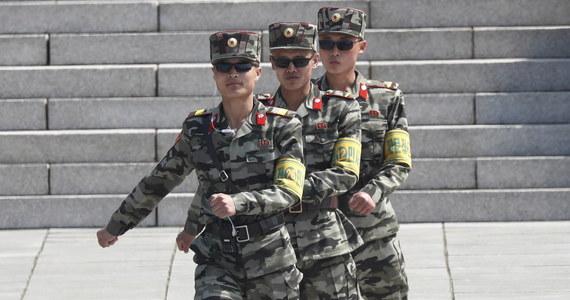 """Żołnierze Korei Północnej zastrzelili zaginionego w tym tygodniu południowokoreańskiego urzędnika i spalili jego ciało - potwierdziło ministerstwo obrony w Seulu, potępiając ten """"akt brutalności"""" i żądając wyjaśnień oraz ukarania winnych."""