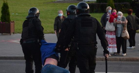 Zatrzymano 364 osoby, w Mińsku – 252 - poinformowała Ministerstwo Spraw Wewnętrznych Białorusi. Spośród 364 zatrzymanych 320 umieszczono w aresztach. Białorusini protestowali przeciwko niezapowiedzianemu i potajemnemu zaprzysiężeniu Alaksandra Łukaszenki na prezydenta.