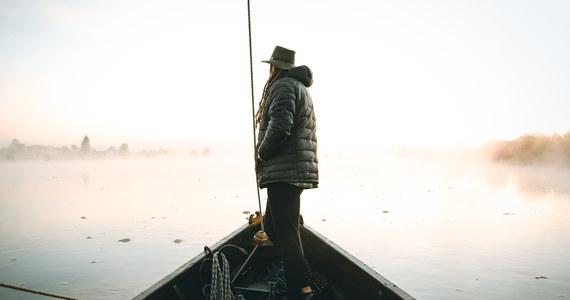 """""""Nie spodziewałem się tego, że będzie mi dane poznać Wisłę z tak różnych punktów widzenia"""" - mówi Mateusz Waligóra, który pokonał kolejny etap wędrówki Szlakiem Wisły z południa na północ Polski. Podróżnik ma już za sobą ponad 550 kilometrów i jest blisko połowy dystansu. Podczas wyprawy obserwuje jak zmienia się najdłuższa polska rzeka, jak wygląda życie mieszkańców okolicznych miejscowości, ale też zbiera wskazówki, które mogą pozwolić w wyznaczeniu najdłuższego długodystansowego szlaku w Polsce, łączącego góry z Bałtykiem. Każdy dzień wyprawy przynosi nowe niespodzianki. W rozmowie z dziennikarzem RMF FM Michałem Rodakiem opowiada o rejsie dubasem w Sandomierzu, zaskoczeniach w Annopolu, rykowisku, ale też odpoczynku w Kazimierzu Dolnym. Na początku przyszłego tygodnia Waligóra planuje dojść do Warszawy."""