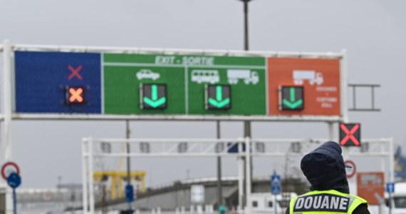 Nawet 7000 ciężarówek przed granicą! Brytyjski rząd ostrzega transportowców przed nadejściem nowego roku, kiedy to po wprowadzeniu brexitu zacznie obowiązywać kontrola celna.