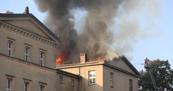 Pożar w zespole szkół w Lublińcu w województwie śląskim - potwierdzili strażacy. Płomienie zajęły poszycie dachu. Na miejscu jest dwadzieścia zastępów strażackich. Ogień został opanowany.