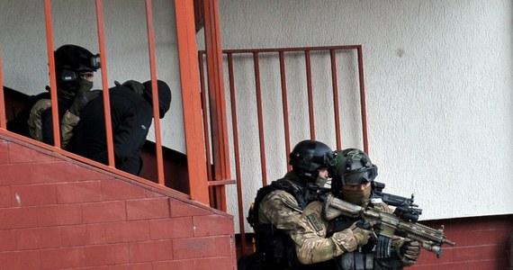 Akcja kontrterrorystów i policyjnych negocjatorów w małopolskim Chrzanowie. W sąsiedzkiej kłótni ranna ostrym narzędziem została tam 67-letnia kobieta. Napastnik groził wysadzeniem bloku.
