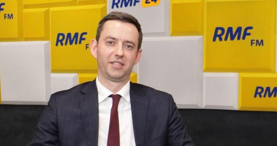 """""""My jesteśmy gotowi podpisać umowę w kształcie przez nas wynegocjowanym, nawet do końca tego tygodnia"""" - powiedział Marcin Ociepa w internetowej części Popołudniowej rozmowy w RMF FM. Marcin Zaborski dopytywał swojego gościa, na kiedy członkowie Zjednoczonej Prawicy umówili się, żeby kontynuować rozmowy koalicyjne. """"Na piątek"""" - odpowiedział wiceminister obrony. Ociepa dodał, że piątkowe spotkanie jest po to, żeby dopiąć kwestię umowy."""