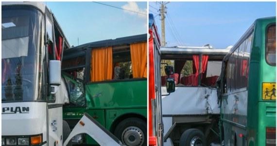 Do zderzenia dwóch autobusów szkolnych i osobówki doszło na skrzyżowaniu ulic Tysiąclecia (to droga wojewódzka nr 494) i Górniczej w miejscowości Panki w województwie śląskim. Rannych jest 7 osób - to czworo dzieci, dwóch kierowców i jeden opiekun. Najciężej poszkodowany został jeden z kierowców.