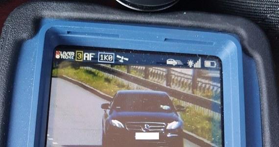 40-latek pędził ulicami Łodzi 125 km/h. W związku z tym wykroczeniem mężczyzna po raz trzeci stracił prawo jazdy. To jedno z wielu wykroczeń drogowych ujawnionych podczas kontroli łódzkiej policyjnej grupy SPEED. W sumie funkcjonariusze w ciągu jednego dnia zatrzymali osiem praw jazdy.