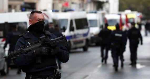 """Groźne wydarzenia w Paryżu: cztery osoby zostały ranne w ataku w pobliżu dawnej siedziby tygodnika """"Charlie Hebdo"""". Jak podała policja, aresztowano dwóch podejrzanych, którzy mogli mieć związek z napaścią. Wieczorem w piątek pojawiła się informacja, że to Pakistańczyk i Algierczyk."""