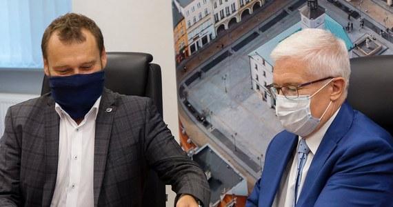 Prezydent Gliwic i członkowie kierownictwa miasta zostali skierowani na domową kwarantannę w związku z kontaktem z osobą zakażoną koronawirusem - poinformował gliwicki magistrat w mediach społecznościowych. Władze miasta pracują zdalnie.
