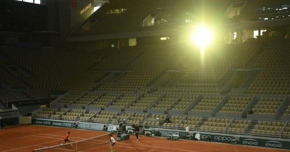 Pora na trzeci w tym roku tenisowy turniej wielkoszlemowy. W niedzielę w Paryżu rozpocznie się French Open. W normalnych okolicznościach najlepsi tenisiści i tenisistki zjeżdżają do Francji pod koniec maja. Teraz rywalizacja odbędzie się jesienią z dużymi ograniczeniami związanymi z Covid-19. Jaki to może być turniej, kogo można postawić w roli faworytów i na co stać polskich zawodników? Patryk Serwański rozmawiał o tym z komentatorem Eurosportu Tomaszem Wolfke.