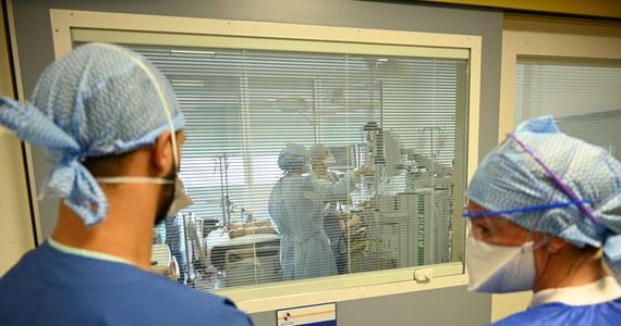 Dysponujemy około 6,3 tys. łóżek szpitalnych oraz ponad 800 respiratorami dla osób chorych na COVID-19, ale liczbę tego sprzętu możemy jeszcze zwiększyć - zapewnił rzecznik prasowy Ministerstwa Zdrowia, Wojciech Andrusiewicz komentując sobotnie statystyki dotyczące epidemii.
