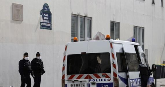 """Główny podejrzany o dokonanie ataku terrorystycznego w Paryżu był przekonany, że budynek, przed którym w piątek zaatakował nożem dwie osoby, to siedziba tygodnika """"Charlie Hebdo"""", który opublikował karykatury Mahometa - podała w sobotę AFP za źródłem zbliżonym do śledztwa."""