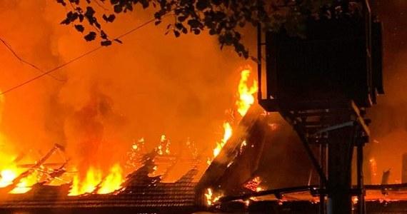Strażacy opanowali pożar budynków produkcyjnych w Izdebniku w Małopolsce. Ogień się nie rozprzestrzenia, ale - jak informowała straż przed północą - żywiołem nadal jest objęte ponad 2,5 tysiąca metrów kwadratowych. Nie ma informacji, by w pożarze ktoś ucierpiał.