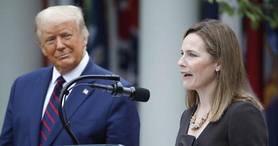 Sędzia Amy Coney Barrett została wskazana przez prezydenta USA Donalda Trumpa na kandydatkę do Sądu Najwyższego. Jeśli nominację 48-letniej - jak donoszą agencje - katoliczki o konserwatywnych poglądach zatwierdzi Senat, zastąpi ona zmarłą 18 września Ruth Bader Ginsburg.