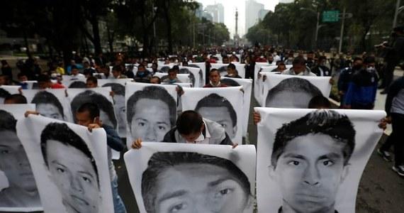 Meksykańskie władze wydały kilkadziesiąt nakazów aresztowania policjantów i żołnierzy, którzy mogli brać udział w zaginięciu 43 studentów w 2014 roku - poinformował prowadzący śledztwo prokurator Omar Gomez. Młodzi ludzie zostali zamordowani - chociaż oficjalnie wciąż uznaje się ich za poszukiwanych.