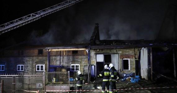 Trwa dogaszanie dużego pożaru zakładów produkcyjnych w Izdebniku w Małopolsce. Nie ma osób poszkodowanych. Przyczynę pojawienia się ognia ustalą biegli.