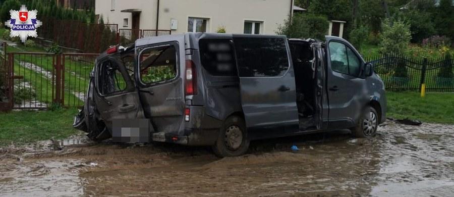 Policja i prokuratura badają okoliczności tragicznego wypadku w miejscowości Komarów Osada na Lubelszczyźnie. W zderzeniu busa i ciężarówki zginął 27-letni mężczyzna.