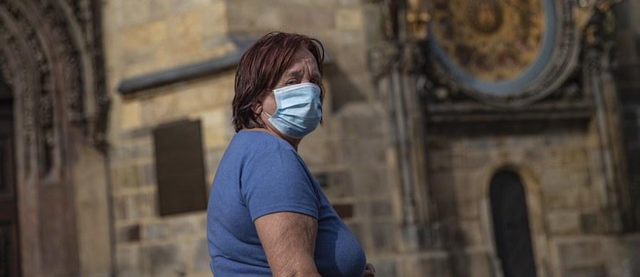Już milion ofiar śmiertelnych na całym świecie pochłonęła pandemia koronawirusa. Odnotowano ponad 33 mln przypadków zachorowań. W Polsce w niedzielę wykryto 1350 nowych zakażeń. Zmarło 8 kolejnych pacjentów z Covid-19. W Meksyku wykryto  5573 nowe przypadki zakażenia koronawirusem i 399 zgonów w związku z Covid-19. Tym samym ogólna liczba zakażonych zwięszyła się do 726 431, a ofiar śmiertelnych do 76 243. Na Covid-19 zmarło do tej pory 204 486 Amerykanów, a bilans ofiar śmiertelnych epidemii wzrósł w sobotę w USA o 871 - wynika z danych Uniwersytetu Johnsa Hopkinsa w Baltimore. W ciągu ostatniej doby w Niemczech zarejestrowano 1411 nowych zakażeń koronawirusem i pięć kolejnych zgonów. W naszym raporcie dnia zebraliśmy najnowsze dane o walce z koronawirusem w Polsce i na świecie.