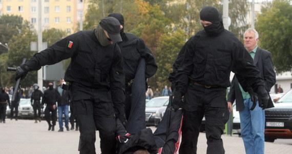 W Mińsku przeprowadzono kolejne zatrzymania uczestników protestu. W demonstracji w stolicy Białorusi wzięło udział co najmniej kilkadziesiąt tysięcy osób. Gorąco było także w Homlu, gdzie - jak informują niezależne media, milicja użyła gazu pieprzowego i strzelała w powietrze.