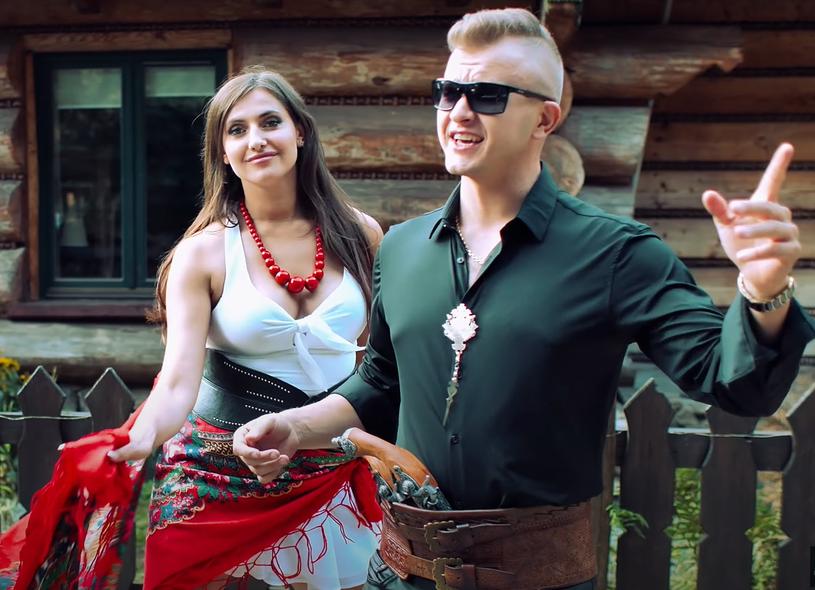 """Ponad 180 tys. odsłon ma już nowy teledysk """"Zrobię z ciebie pannę młodą"""" Dawida Narożnego, byłego wokalisty discopolowej grupy Piękni i Młodzi."""