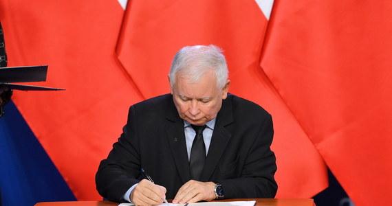 """""""Jako politolog, jako polityk mogę powiedzieć jedną rzecz: niewątpliwie pan Jarosław Kaczyński pozycji swojej nie zbudował. (…) Wydaje mi się, panie prezesie, że pan został przez swoich młodszych kolegów ograny"""" - tak szef SLD Włodzimierz Czarzasty skomentował poważny kryzys wewnątrz koalicji rządowej i podpisaną ostatecznie w sobotę umowę koalicyjną Prawa i Sprawiedliwości, Solidarnej Polski Zbigniewa Ziobry i Porozumienia Jarosława Gowina. Lider Wiosny Robert Biedroń zapowiedział powstanie """"wielkiej centrolewicowej partii, tworzonej przez (…) Wiosnę i Sojusz Lewicy Demokratycznej""""."""