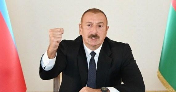 W związku ze starciami z siłami armeńskimi o Górski Karabach prezydent Azerbejdżanu Ilham Alijew ogłosił w poniedziałek częściową mobilizację i podpisał dekret w tej sprawie w drugim dniu walk. Według Baku zginęło w nich sześciu azerbejdżańskich cywilów, a 19 osób zostało rannych.