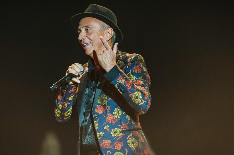"""Do serwisów cyfrowych trafił właśnie maxi singel """"Lonely Night"""" z siedmioma wersjami tytułowego utworu klasyka italo disco - Savage. Włoski wokalista wypuścił też teledysk do tej piosenki."""