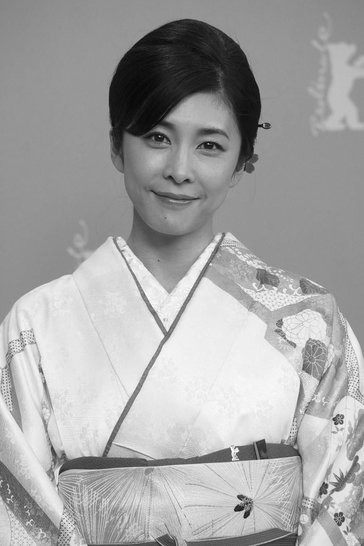 Nie żyje 40-letnia japońska aktorka Takeuchi Yuko. W niedzielny poranek ciało kobiety odnalazł w ich tokijskim apartamencie mąż aktorki, Nakabayashi Taiki. Yuko osierociła dwoje dzieci, w tym chłopca, który przyszedł na świat w styczniu tego roku. Choć aktorka nie pozostawiła po sobie listu, podejrzewa się, że popełniła samobójstwo.