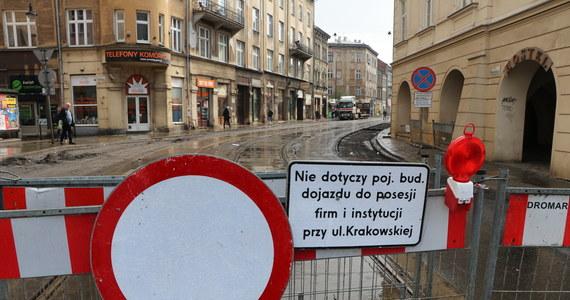 """To już ósmy razy kiedy przesuwany jest termin oddania do użytku ulicy Krakowskiej w centrum Krakowa. Pierwotnie wyremontowana ulica miała być gotowa w styczniu. """"To terminowa katastrofa"""" - mówią miejscy urzędnicy, a za opóźnienie obarczają wykonawcę, któremu otwarcie grożą karami finansowymi"""