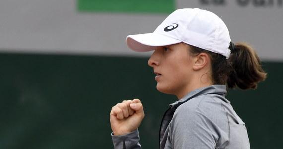 """Iga Świątek wygrała z rozstawioną z """"15"""" Marketą Vondrousovą 6:1, 6:2 w pierwszej rundzie wielkoszlemowego French Open. To najlepszy wynik polskiej zawodniczki w turnieju tej rangi, który powtórzyła na początku 2020 roku w Australian Open."""