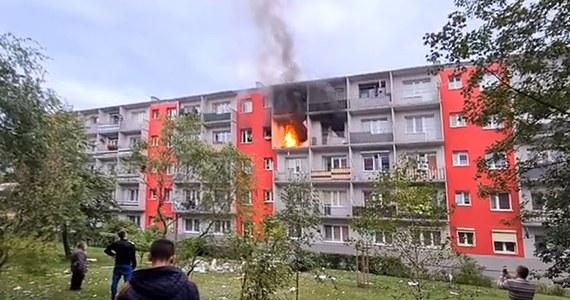 Trzy osoby zostały poszkodowane w wyniku wybuchu butli z gazem w jednym z bloków w Turku w województwie wielkopolskim. Na miejscu działa 14 zastępów straży pożarnej. Wysłany został również śmigłowiec Lotniczego Pogotowia Ratunkowego.