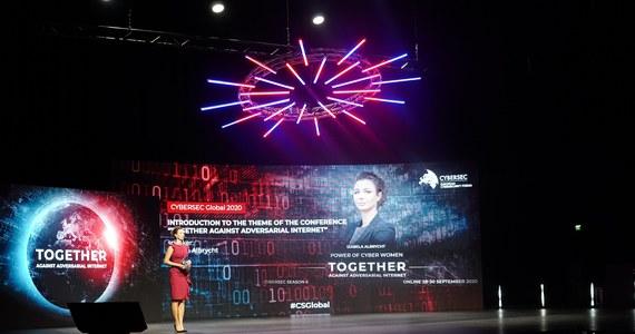 """Ponad stu prelegentów z całego świata, około 40 paneli i sesji, trzy dni dyskusji na najważniejsze tematy dotyczące cyberbezpieczeństwa – w krakowskim Centrum Kongresowym ICE oficjalnie rozpoczął się CYBERSEC Global 2020. W tym roku Europejskie Forum Cyberbezpieczeństwa odbywa się w całości online i ma wymiar globalny. Hasłem przewodnim konferencji jest """"Together Against Adversarial Internet""""."""