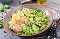 Miska zdrowia z awokado i kurczakiem