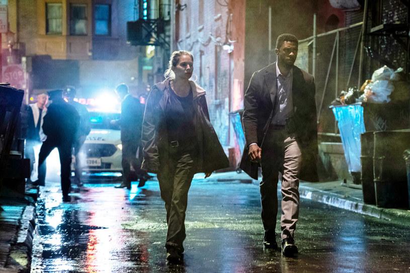 """W najnowszym wywiadzie Sienna Miller wróciła wspomnieniami do pracy nad filmem """"21 mostów"""". Aktorka wyjawiła, że Chadwick Boseman - zmarły niedawno gwiazdor, z którym pracowała na planie tego filmu - przekazał jej część własnej gaży, gdy wytwórnia odrzuciła jej prośbę o wyższe wynagrodzenie."""