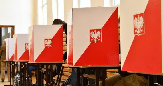 Nie będzie śledztwa w sprawie bezpodstawnego wydania 70 milionów złotych na wybory prezydenckie, które się nie odbyły. Prokuratura odmówiła wszczęcia postępowania w sprawie przekroczenia uprawnień przez premiera Mateusza Morawieckiego, a także ministra aktywów państwowych Jacka Sasina.