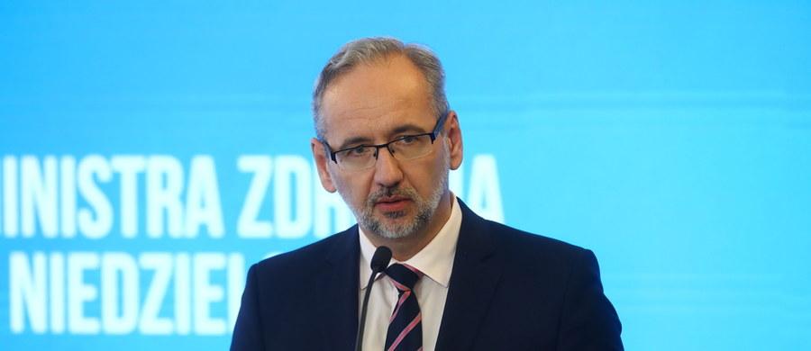 Minister zdrowia Adam Niedzielski zapowiedział nowe obostrzenia w ramach walki z koronawirusem. Będą one dotyczyć m.in. funkcjonowania barów i restauracji, limitu osób na weselach i innych zgromadzeniach, a także zakrywania ust i nosa.