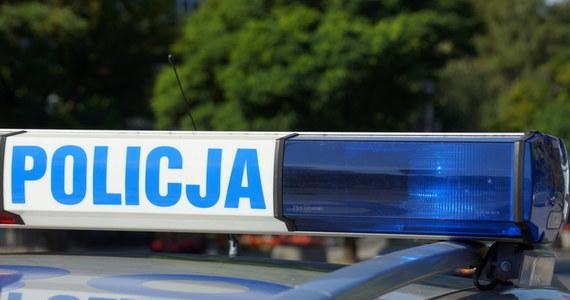 Niecodzienna akcja policji we Wrocławiu. Policjant wskoczył do jadącego samochodu, za którego kierownicą siedział kompletnie pijany kierowca.