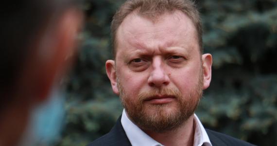 """Łukasz Szumowski, były minister zdrowia, już nie ma koronawirusa? """"Super Express"""" poinformował, że polityk wybrał się na zakupy. """"Miałem Covid-19, ale jestem już zdrowy"""" - tłumaczył gazecie Szumowski."""