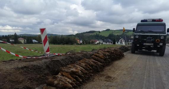 Podczas remontu drogi w wsi Rozdziele, zlokalizowanej niedaleko Gorlic w województwie małopolskim, znaleziono 260 niewybuchów z okresu II wojny światowej. To pociski artyleryjskie i moździerzowe. Na miejscu działali saperzy.