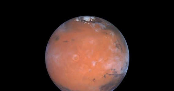 """Kiedy dwa lata temu międzynarodowy zespół naukowców ogłosił, że na Marsie, pod lodową czapą w rejonie bieguna południowego istnieje jezioro z ciekłą, słoną wodą, wywołało to w świecie naukowym entuzjazm i... niedowierzanie. Kolejne wyniki obserwacji, opisane w najnowszym numerze czasopisma """"Nature Astronomy"""", potwierdziły teraz, że to jezioro faktycznie tam jest i pokazały jeszcze trzy inne."""