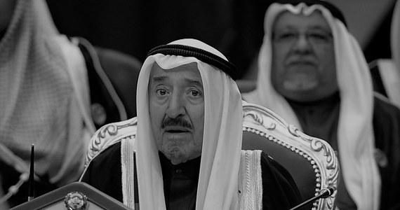 """""""W wieku 91 lat zmarł we wtorek emir Kuwejtu szejch Sabah al-Ahmad al-Sabah"""" - poinformowała kuwejcka telewizja państwowa, powołując się na oficjalny komunikat z pałacu emira. Żałoba narodowa po śmierci władcy potrwa 40 dni. Kuwejtem rządził będzie młodszy o osiem lat, przyrodni brat zmarłego władcy, szejk Nawaf al-Ahmad al-Sabah."""