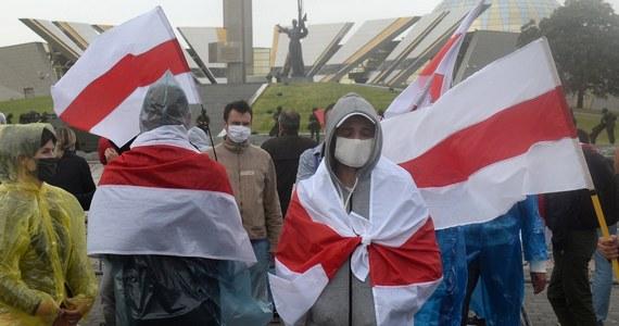 W związku z kryzysem politycznym na Białorusi czterystu obywateli tego kraju przyjechało do Polski dzięki m.in. wizom humanitarnym lub procedurze udzielania ochrony międzynarodowej - poinformował we wtorek PAP wiceminister spraw wewnętrznych i administracji Bartosz Grodecki.