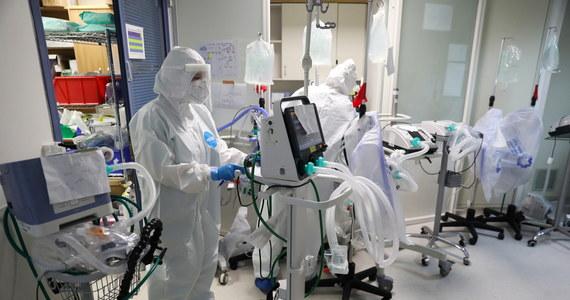 Gotowy jest prototyp polskiej szczepionki na koronawirusa. Przygotowali go między innymi naukowcy z Uniwersytetu Medycznego w Poznaniu. Niebawem preparat zostanie podany myszom. Badacze sprawdzą, jaką odpowiedź immunologiczną wywołuje szczepionka.