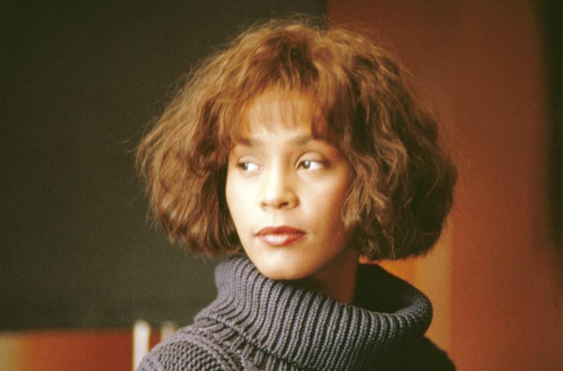 Specjalne nagranie z hologramem Whitney Houston ujrzało światło dzienne. Postać wokalistki pojawiła się podczas transmisji na żywo producenta Scotta Storcha. Na prezentację tego hologramu w przeszłości nie godziła się rodzina gwiazdy.