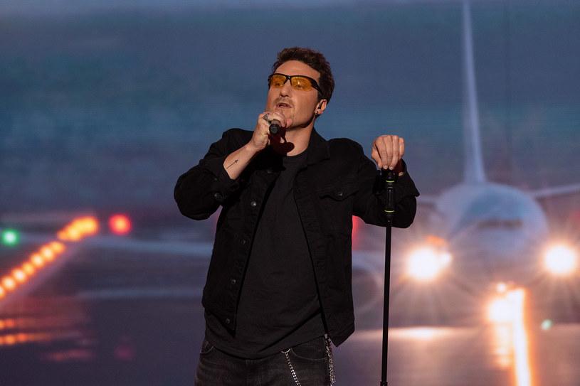 """Na stronach Interii możecie przedpremierowo zobaczyć fragment najnowszego odcinka 13. edycji show """"Twoja twarz brzmi znajomo"""" (sobota, 3 października). Śpiewający aktor Karol Dziuba wcieli się Bono, lidera grupy U2."""