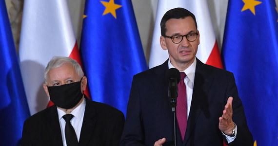 Z półgodzinnym opóźnieniem odbyła się kilkuminutowa konferencja prasowa, na której premier Mateusz Morawiecki potwierdził ustalenia RMF FM dot. zmian w rządzie. Jak podał, nowymi ministrami będą m.in. Grzegorz Puda i Przemysław Czarnek.