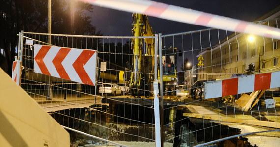 Do poważnej awarii wodociągowej doszło na warszawskiej Woli przy skrzyżowaniu ulicy Karolkowej z Żytnią. Zapadł się tam fragment ulicy. Na miejscu do późnych godzin wieczornych pracowali wodociągowcy.