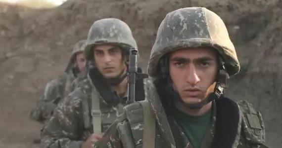 Do Azerbejdżanu na cztery dni przed wybuchem walk w Górskim Karabachu przybyło kilkuset najemników z kontrolowanych przez Turcję terytoriów w Syrii - ujawnił w rozmowie z BBC jeden z bojowników. Portal zaznacza, że nie jest w stanie zweryfikować jego wersji.
