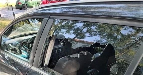Wrocławscy policjanci pilnie ruszyli na wezwanie. Dzwoniła do nich zdenerwowana kobieta i poprosiła o pomoc. Z roztargnienia zatrzasnęła kluczyki w pojeździe. W środku zostało 3-letnie dziecko.