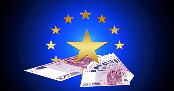 """Eurodeputowani Komisji Wolności Obywatelskich zapowiedzieli, że Parlament Europejski nie zgodzi się na słaby mechanizm uwarunkowania wydawania unijnych pieniędzy od przestrzegania zasad państwa prawa. Komisja debatowała na temat propozycji mechanizmu, którą przedstawiła we środę niemiecka prezydencja. Także KE podtrzymała swoją najostrzejszą wersję mechanizmu """"pieniądze za praworządność"""". Wkrótce mają zacząć się w tej sprawie negocjacje między PE, KE a Radą UE."""