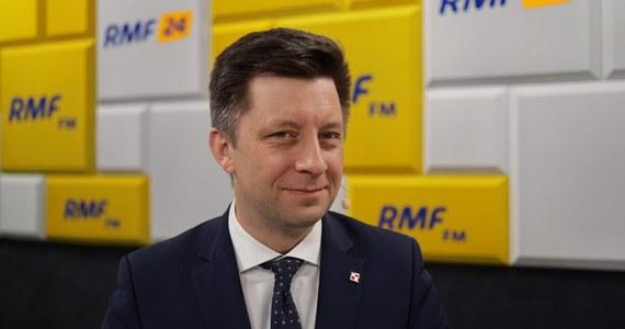 """""""Nie straszmy Polaków. Mamy w tym momencie 9 tys. łóżek przeznaczonych dla chorych na Covid, w ostatnim tygodniu zwiększyliśmy tę liczbę o blisko 2 tys. Mamy 830 łóżek z respiratorami, z tego zajętych jest 170 łóżek"""" - mówił Michał Dworczyk, Gość Krzysztofa Ziemca w RMF FM. """"A w ogóle w kraju mamy 11 tys. respiratorów. Sytuacja jest pod kontrolą. Może się zdarzyć, że w jednym szpitalu zabraknie miejsc - ale wtedy chorego można przewieźć do innego szpitala. Nie ma obawy, że zabraknie miejsc dla chorych na Covid-19"""" - zapewniał minister."""