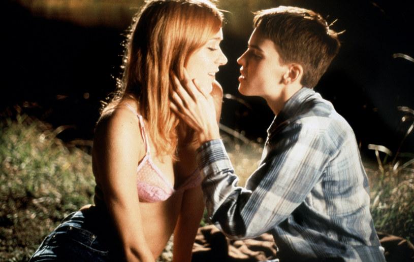 """Występ w filmie """"Nie czas na łzy"""" okazał się dla Hilary Swank przełomem w karierze. Za rolę osoby przechodzącej kryzys tożsamości seksualnej w 2000 roku otrzymała Oscara, Złoty Glob i nagrodę Satelity. Po upływie dwóch dekad gwiazda przyznała jednak, że w postać Brandona Teeny powinien wcielić się ktoś inny."""
